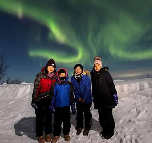 フィンランドのレヴィでオーロラ鑑賞。左から深川麻奈美、長女・瑠璃さん、津田裕絵、坂咲友理