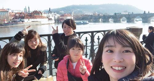 チェコのカレル橋で。左から古川舞さん、深川麻奈美、津田裕絵、長女・瑠璃さん、坂咲友理