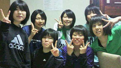 高校時代のバスケット仲間と(前列右から2人目が本人)