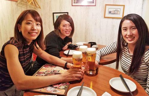 同期の高橋悠花(左)前原哉(右)と楽しく飲んでます