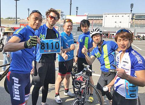 自転車7時間耐久レースに挑んだ毒島誠。右は後輩の関浩哉選手