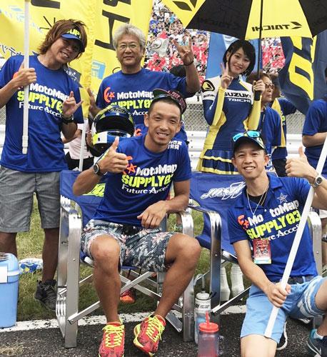 昨年、鈴鹿8耐に出場の青木宣篤さん(前列左)を応援に訪れた毒島誠