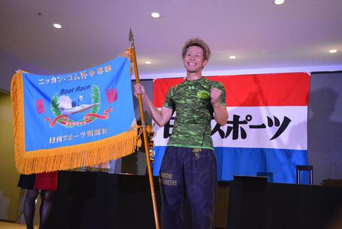 ニッカン・コム杯を制した杉山正樹は優勝旗を手に笑顔