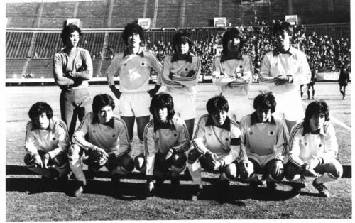 1980年12月14日に日本代表シニアと対戦した日本代表。前列左から3人目が当時19歳の戸塚哲也