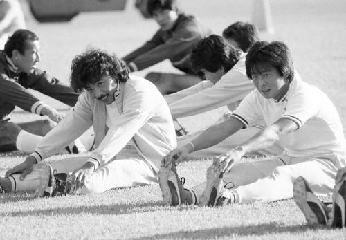 つま恋合宿で並んでストレッチをする与那城ジョージ(左)と戸塚哲也 (1985年10月25日)