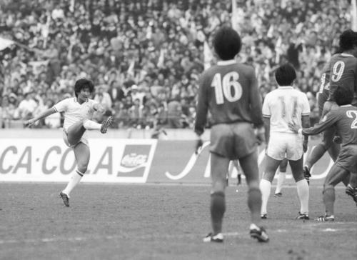 W杯アジア最終予選韓国戦、FKから木村和司がゴールを奪う。背番号11は戸塚(1985年10月26日)