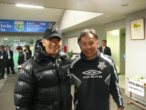 JFLで対戦した町田ゼルビア・戸塚監督(左)とニューウェーブ北九州・与那城監督(2009年3月22日)