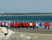 宿舎近くの砂浜で走り込む浦和イレブン(撮影・山下健二郎)