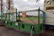 大原サッカー場の門扉は外され、立ち入り禁止の仮柵が張られていた