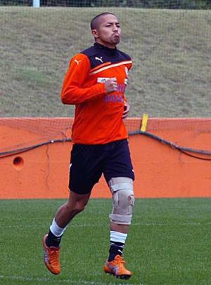 左膝を固定しながらランニングを行うMF小野 左膝を固定しながらランニングを行うMF小野 左膝の負
