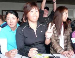 サイン会の中、お茶目な表情でVサインをする工藤(中央) サイン会の中、お茶目な表情でVサインをす