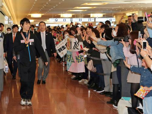 【フィギュアスケート】羽生結弦が帰国 羽田空港にファン約500人集結して一時はパニック状態、警備の警察も動く©2ch.netYouTube動画>11本 ->画像>168枚