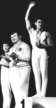 64年10月、東京五輪体操個人総合優勝の遠藤幸雄選手(右)。(共同) 64年10月、東京五輪体操