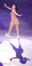 アイスショーで華麗に踊る浅田(撮影・井上学)