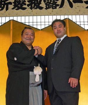 豊ノ島(左)の付け人を8年間務めた元幕下豊光の生越敏也さん 豊ノ島(左)の付け人を8年間務めた元