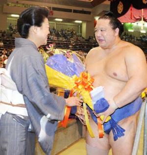 通算最多勝の新記録を達成した魁皇は、花道でファンから花束を受け取り笑顔を... 通算最多勝の新記