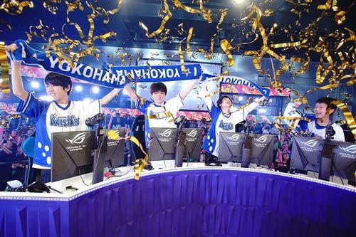 球団タオルを掲げ喜ぶDeNA代表ハイパービームの4人。左から、ミルクレープ、しめぴぃ、テルミ、けいとぅーん