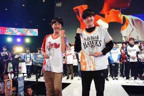 敢闘賞を受賞した2人。左から、広島(やのっち監修 メロンの海苔塩風味Mild仕立て)Norishio、ソフトバンク(GGBOYZ)やまみっちー