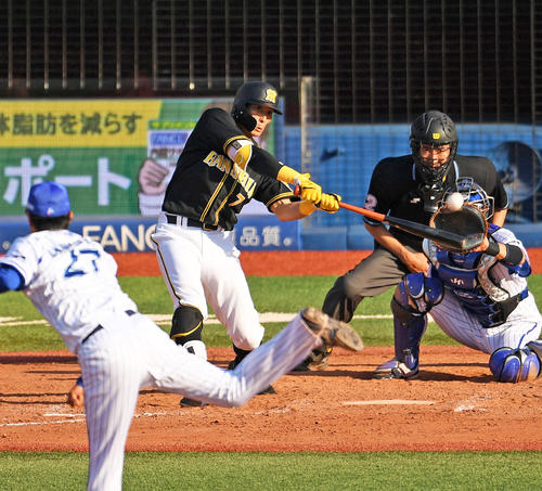 9回表阪神無死二、三塁、左越え3点本塁打を放つ糸井(撮影・横山健太)