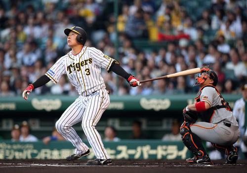 阪神対巨人 1回裏阪神1死一、三塁、3点本塁打を放つ大山(撮影・狩俣裕三)