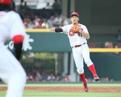 広島対ロッテ 2回表ロッテ1死、井上の打球で一塁へ送球する小園(撮影・栗木一考)