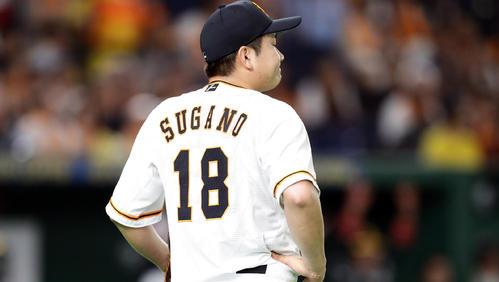 巨人対ソフトバンク 1回表ソフトバンク1死満塁、松田宣の打球を坂本勇が三塁悪送球して2点を献上し、悔しがる菅野(撮影・浅見桂子)