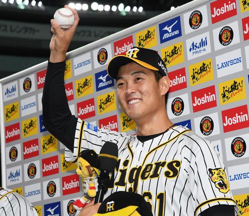 阪神対DeNA 初勝利をあげた望月惇志はウイニングボールを手に笑顔を見せる(撮影・奥田泰也)