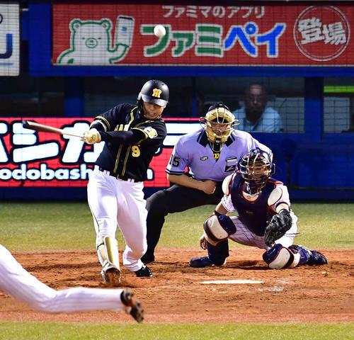ヤクルト対阪神 4回表阪神1死満塁、高山は中前に逆転2点適時打を放つ(撮影・小沢裕)