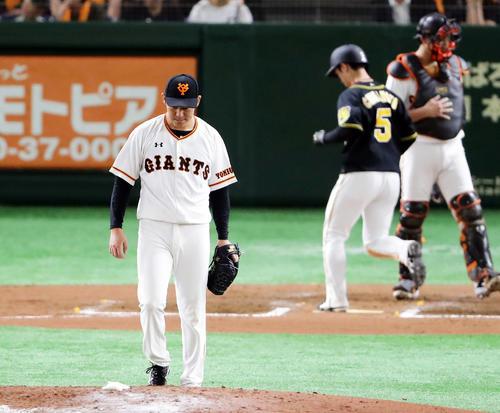 6回表阪神1死満塁、高山に押し出し四球を与えた桜井はがっくり。後方は生還する近本(撮影・浅見桂子)