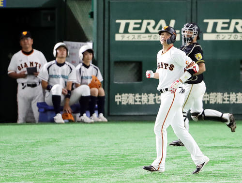5回裏巨人無死一塁、坂本勇は左飛に倒れる(撮影・浅見桂子)