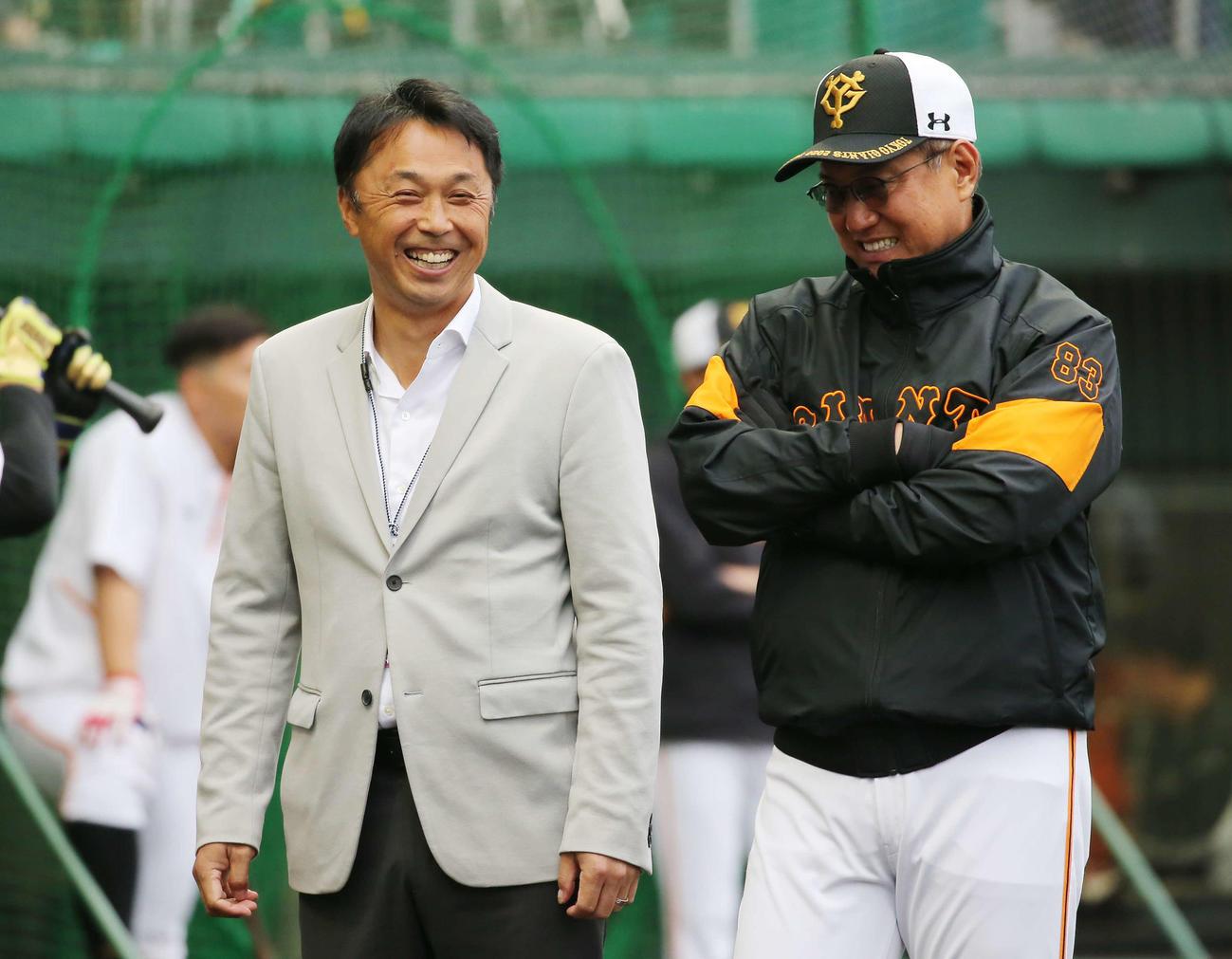 視察に訪れた宮本氏(左)と談笑する巨人原監督(撮影・河野匠)