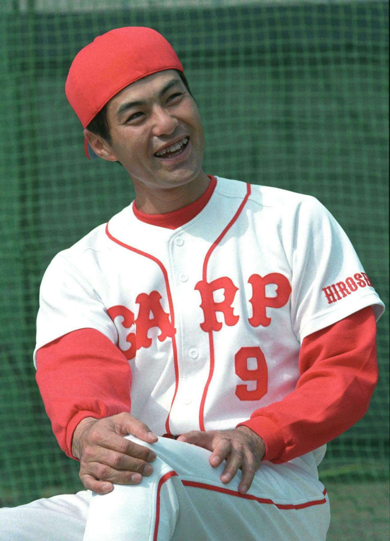 96年2月、広島春季キャンプ中に笑顔の緒方孝市氏