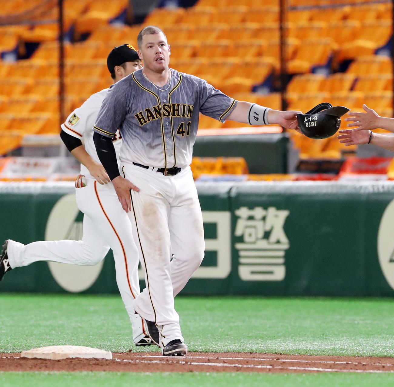 巨人対阪神 6回表阪神2死満塁、ジャスティン・ボーアは二塁ゴロを放ちヘルメットをコーチへ渡す(撮影・加藤哉)