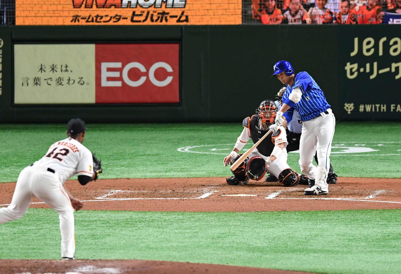 巨人対DeNA 6回表DeNA2死一塁、代打中井は右前打を放つ。投手メルセデス(撮影・山崎安昭)