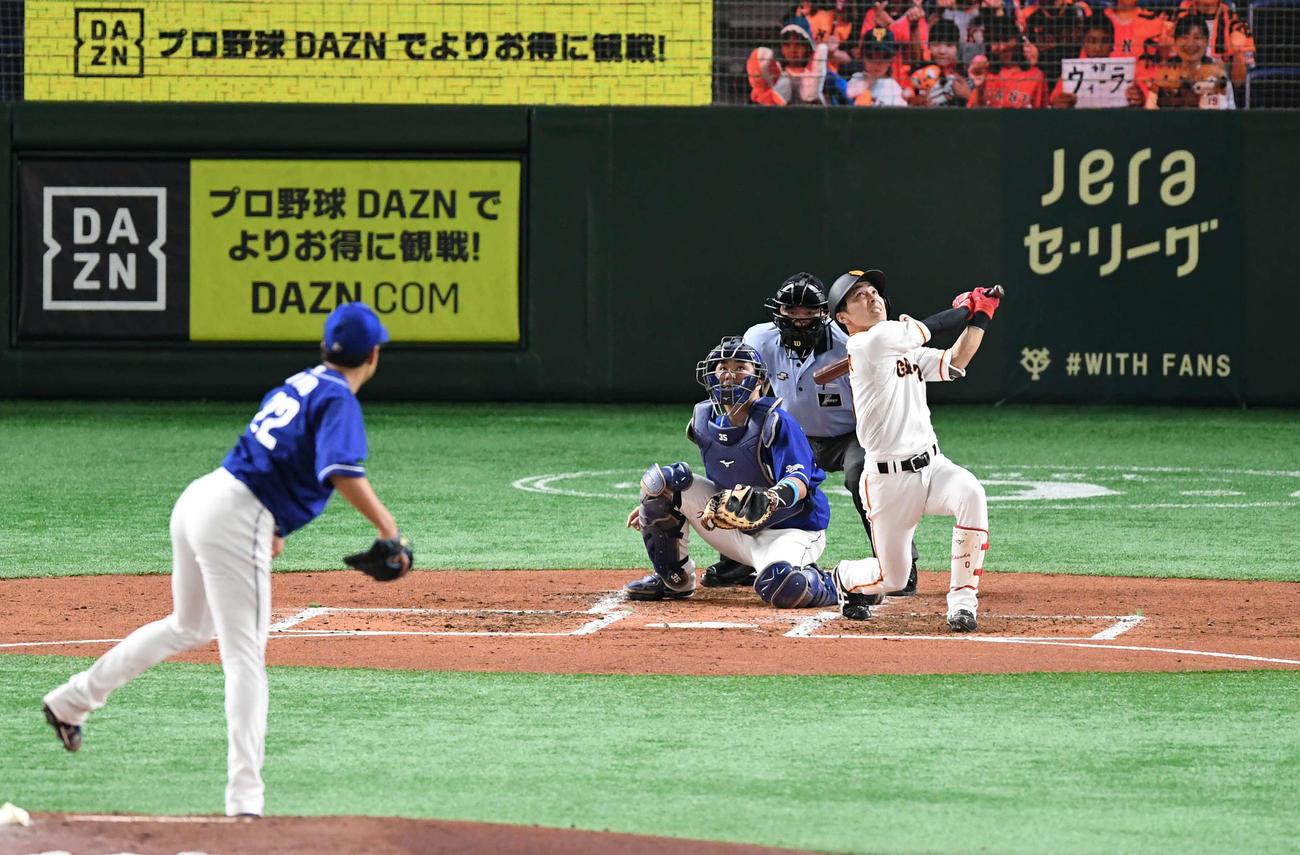 巨人対中日 2回裏巨人2死二塁、増田大は一飛を打ち上げる。投手大野雄(撮影・山崎安昭)