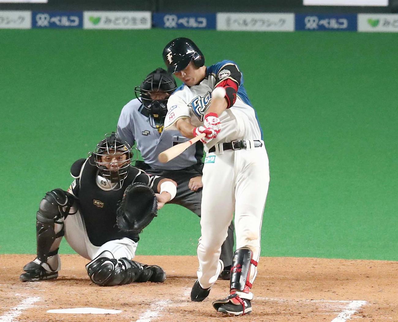 4回裏日本ハム無死、左越え本塁打を放つ野村(撮影・黒川智章)