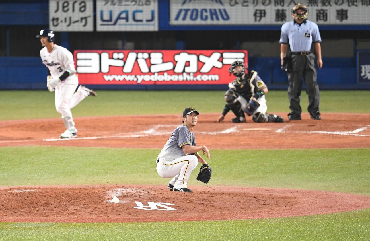 6月25日、ヤクルト西浦(左)にサヨナラ3点本塁打を許した藤川