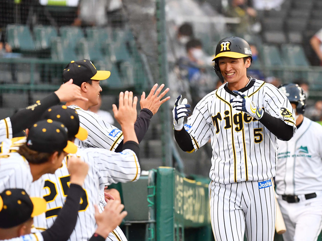 1回裏阪神無死、近本は中越え同点本塁打を放ち笑顔を見せる(撮影・上田博志)