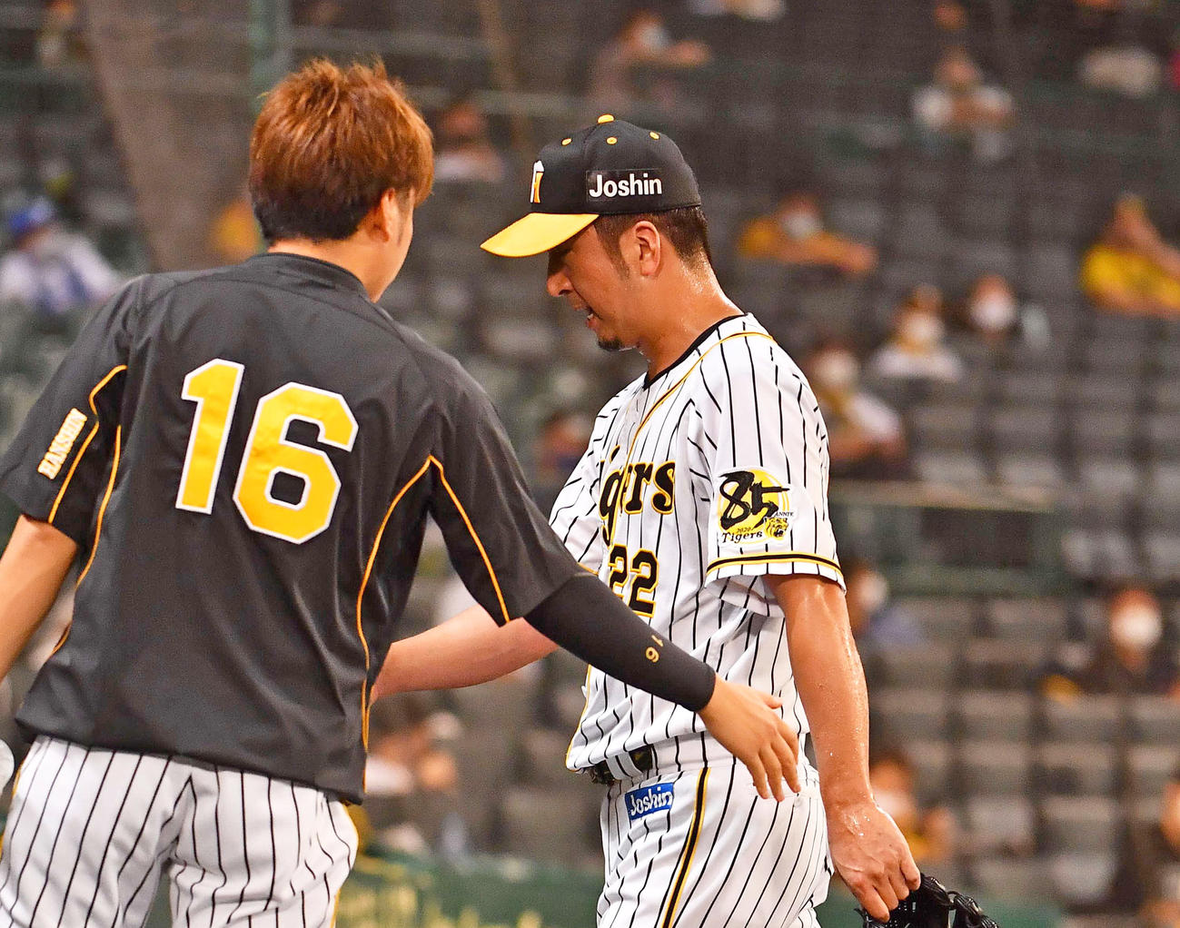 9回表DeNA1死一塁、ソトに勝ち越し2点本塁打を浴び降板する藤川。左は西勇輝(撮影・上田博志)