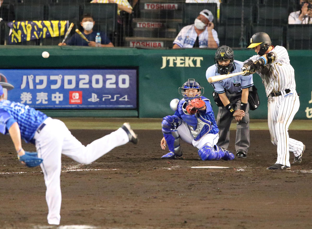 阪神対DeNA 8回裏阪神2死二塁、大山は右翼線に適時二塁打を放つ(撮影・上山淳一)