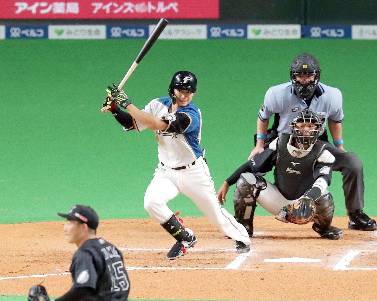 6回裏日本ハム無死一塁、西川は右前打を放つ(撮影・佐藤翔太)