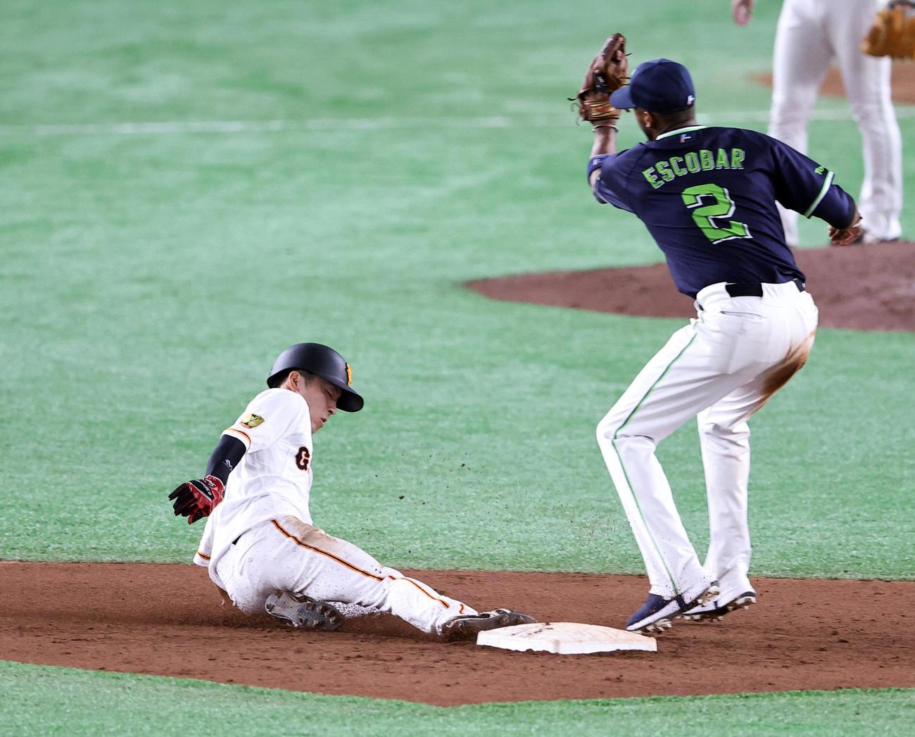 巨人対ヤクルト 9回裏巨人無死一塁、増田大(左)は二塁盗塁成功(撮影・浅見桂子)