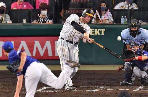 阪神対中日 6回裏阪神2死一塁、ボーアは左中間に2点本塁打を放つ(撮影・上田博志)