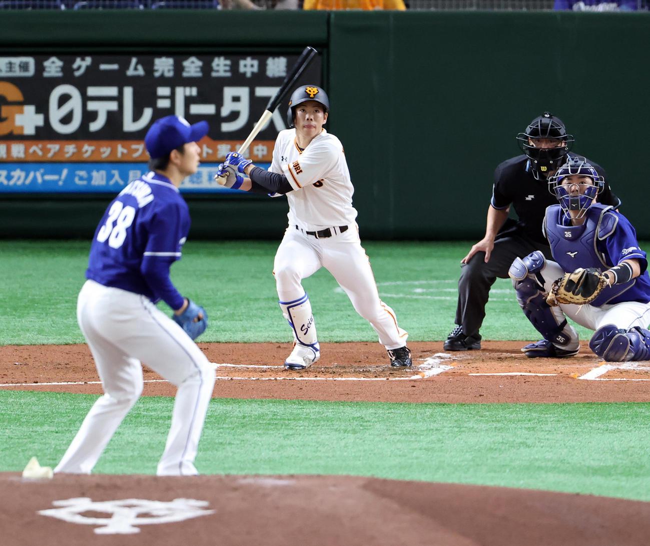 巨人対中日 1回裏巨人無死二塁、松原は中越え適時三塁打を放つ。投手松葉(撮影・浅見桂子)