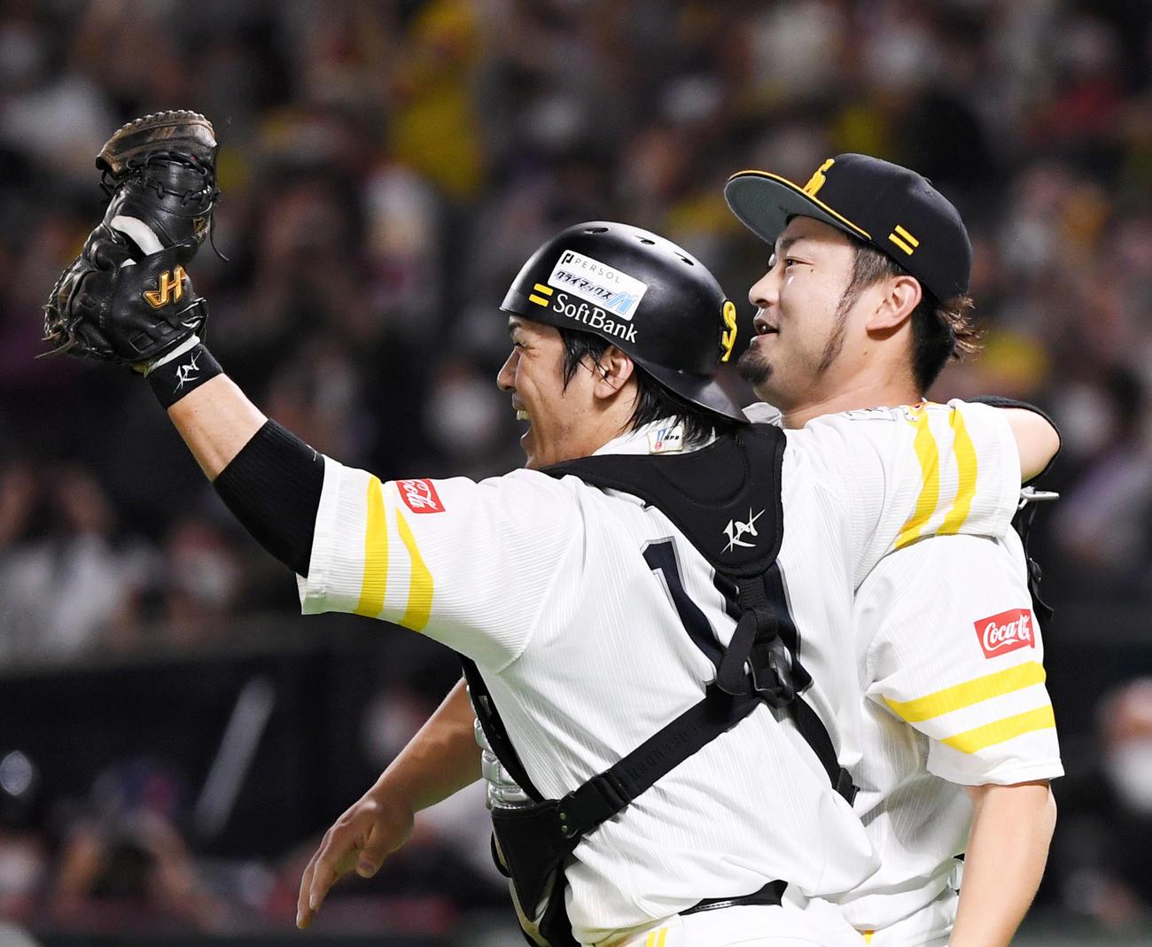 日本シリーズ出場を果たし抱き合うソフトバンク甲斐(左)と森(撮影・横山健太)