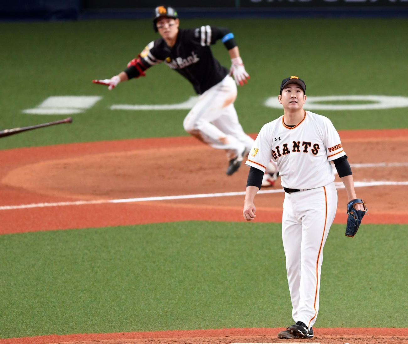 6回表ソフトバンク2死一、三塁、栗原に中越え2点適時二塁打を浴びる菅野(撮影・横山健太)