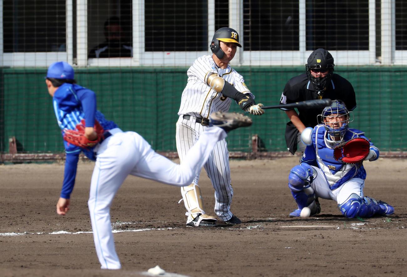 阪神対DeNA 7回裏阪神無死、高山は二塁へ内野安打を放つ、左は京山(撮影・加藤哉)