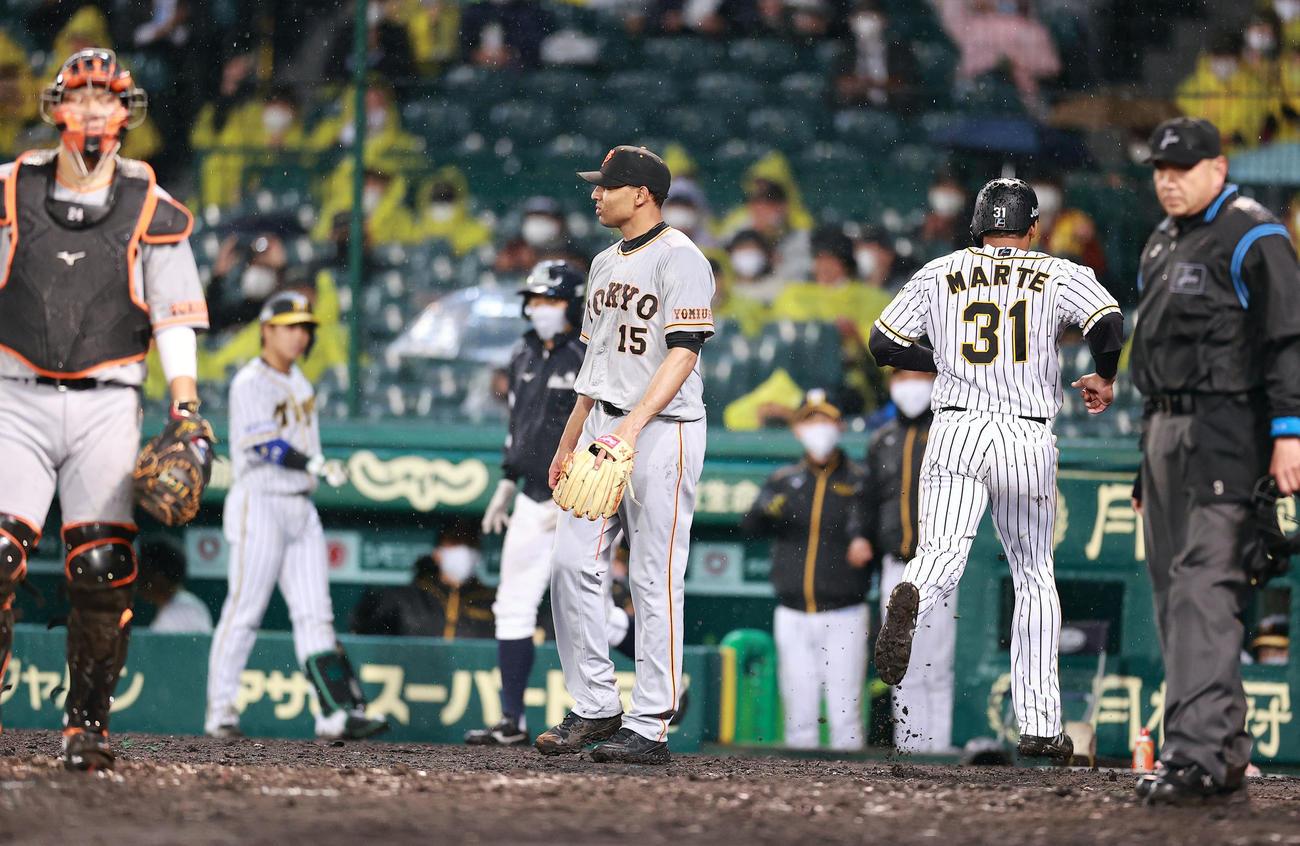 阪神対巨人 3回裏阪神無死一、二塁、サンズに左適時二塁打を許したサンチェス(中央)は生還したマルテ(右)の横でぼう然と立ちすくむ(撮影・浅見桂子)