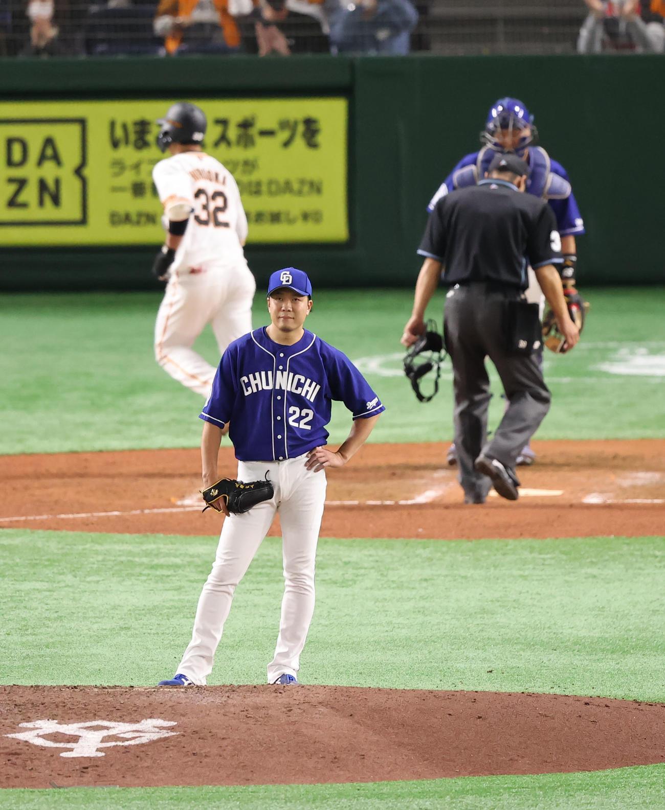 巨人対中日 7回裏巨人2死、広岡(32番)にソロ本塁打を浴びぼうぜんとスコアボードを見つめる大野雄(撮影・垰建太)