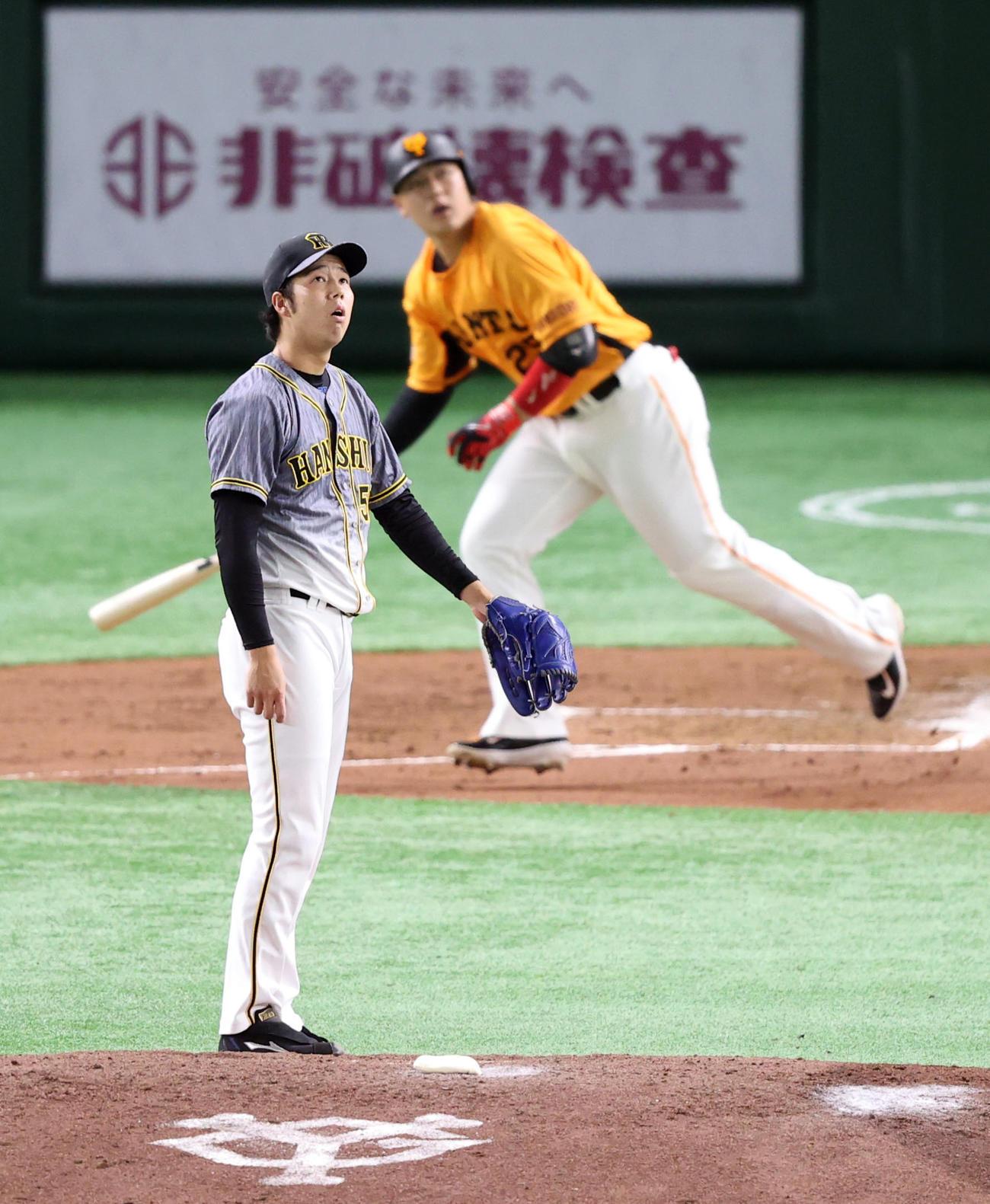 巨人対阪神 2回裏巨人無死、岡本和にソロ本塁打を浴びる青柳(撮影・狩俣裕三)